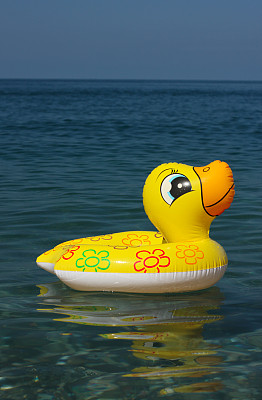 橡皮鸭子,水,橡胶游泳圈,自然,垂直画幅,无人,色彩鲜艳,水平线,夏天,前景聚焦