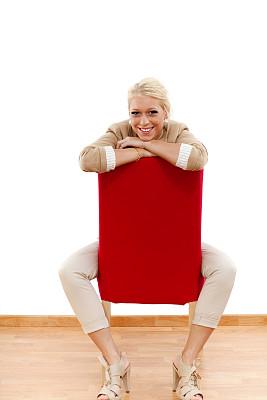 金色头发,椅子,红色,女性,复合地板,垂直画幅,留白,领导能力,套装,图像