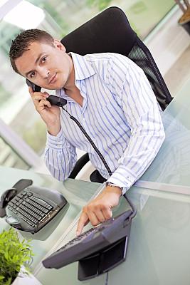 男商人,拨电话,数字,垂直画幅,半身像,忙碌,仅男人,仅成年人,现代,青年人