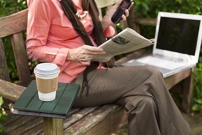 技术,女人,咖啡杯,公园,休闲活动,忙碌,周末活动,仅成年人,休闲正装