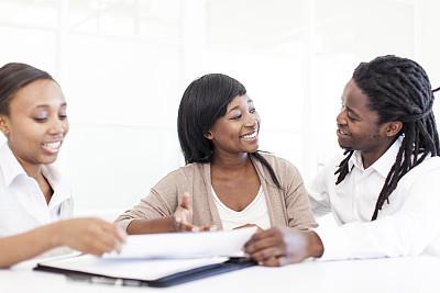 金融顾问,异性恋,领导能力,顾客,非裔美国人,男商人,文档,仅成年人,现代,青年人