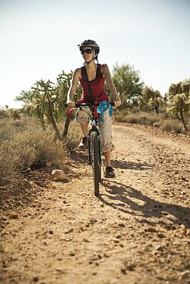 骑自行车,土路,图森市,山艾树,台地,山地车,垂直画幅,休闲活动,夏天,不看镜头