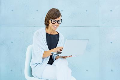 网上冲浪,女人,留白,西班牙和葡萄牙人,周末活动,30岁到34岁,仅成年人,眼镜,现代,南欧血统