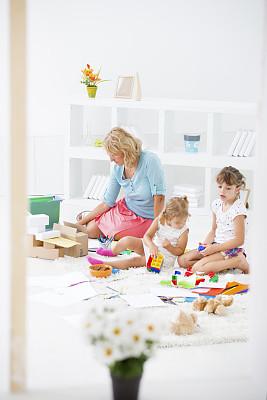 儿童,家庭办公,母亲,坐在地上,垂直画幅,电子商务,纸箱,白色,在家购物,技术
