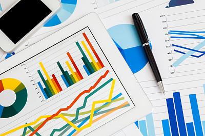 平板电脑,图表,储蓄,水平画幅,银行,男商人,特写,经理,股市数据,想法