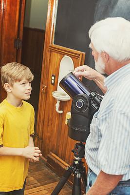 教室,天文学,天文望远镜,小学,12岁到13岁,垂直画幅,留白,乡村风格,青春期前儿童,白人