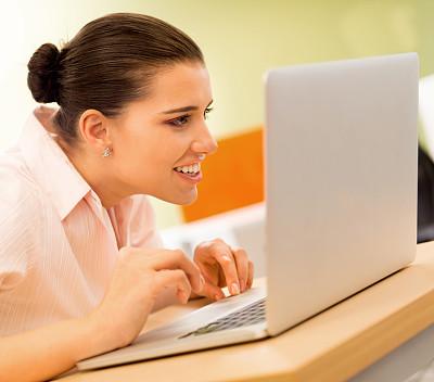 笔记本电脑,女商人,办公室,水平画幅,电子商务,仅成年人,白领,专业人员,技术,计算机