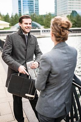 会议,周末活动,商务人士,伦敦城,中年伴侣,垂直画幅,30到39岁,伴侣,套装,户外