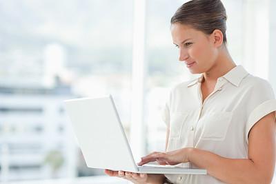 女商人,几乎,拉凡他那石拱,使用手提电脑,女人,笔记本电脑,水平画幅,20到29岁,白人,青年女人