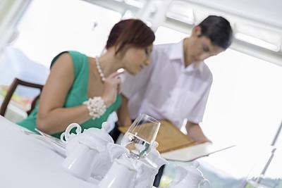 宾客,餐馆,男招待,女性,顾客,制服,酒店职位,男性,青年人,晚餐