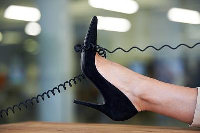 表现积极,缠结的,正下方视角,细高跟鞋,电话线,办公室,水平画幅,工作场所,电话机,高跟鞋