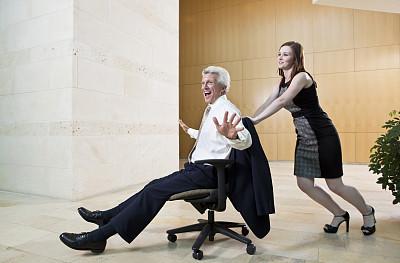 办公室,乐趣,水平画幅,椅子,办公椅,男商人,男性,仅成年人,白领,大厅