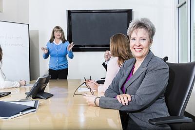 智慧,女商人,水平画幅,注视镜头,会议,人群,工作年长者,套装,商务会议,仅成年人