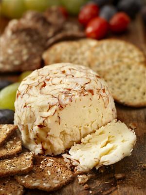 芝士球,脆饼干,奶酪刀,乳酪板,美洲山核桃,奶油干酪,蓝纹乳酪,垂直画幅,开胃品,乡村风格