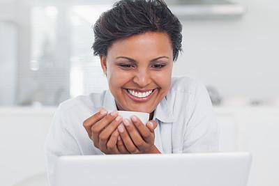 咖啡,女人,使用手提电脑,笔记本电脑,水平画幅,热饮,家庭生活,居住区,青年人,技术