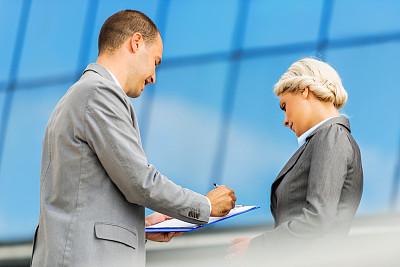 文档,看,商务人士,两个人,30到39岁,水平画幅,套装,户外,白人,男商人