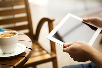 平板电脑,男商人,笔记本电脑,咖啡馆,水平画幅,便携式信息设备,笔记本,手,人