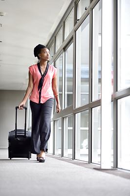 青年人,女商人,轻装旅行,轮式行李,轻装上阵,垂直画幅,车轮,透过窗户往外看,走廊,行李