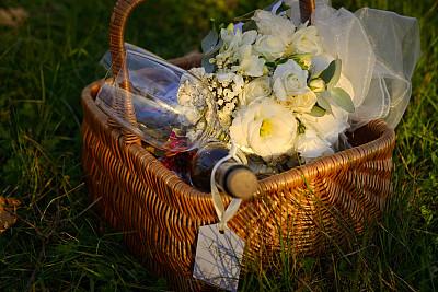 篮子,洋葱花,美,水平画幅,草,特写,酒瓶,华丽的,花束,葡萄酒杯