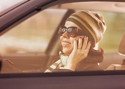 手机,方向盘,汽车内部,30岁到34岁,不看镜头,仅成年人,彩色图片,中年人,交通工具内部,头像