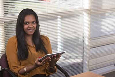 女人,平板电脑,土著人,澳洲土著人,办公室,水平画幅,工作场所,白领,青年人,技术