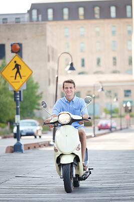小型摩托车,市区路,少男,城市生活,机动脚踏车,明尼亚波理斯,骑车,垂直画幅,青少年,留白