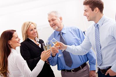 香槟,商务人士,办公室,集体照,葡萄酒,正面视角,休闲活动,含酒精饮料,套装,男商人
