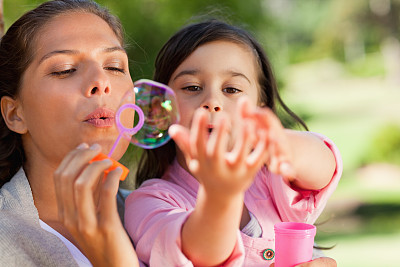 吹泡泡,女儿,公亩,母亲,正面视角,美,公园,水平画幅,户外,白人