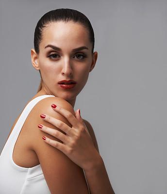 信心,红色,手搭在肩膀上,垂直画幅,彩妆,化妆用品,仅成年人,现代,青年人,魅力