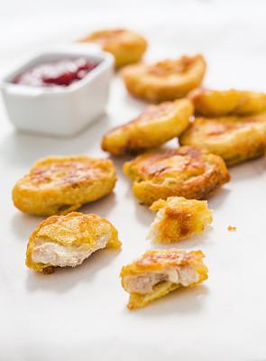 炸鸡块,沙茶酱,炸鸡,垂直画幅,番茄酱,无人,不健康食物,开胃品,快餐,蘸料