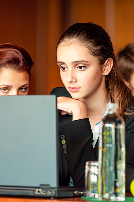 垂直画幅,办公室,笔记本电脑,会议,套装,商务会议,白人,仅成年人,青年人,看