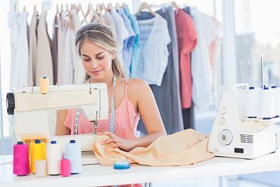 时尚设计师,衣架,缝纫机,美,水平画幅,纺织品,美人,制造机器,白人,仅成年人