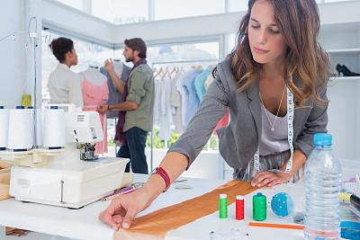 人群,时尚设计师,衣架,缝纫机,水平画幅,纺织品,制造机器,白人,裁缝,男性