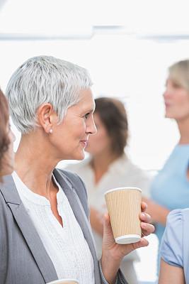 女商人,咖啡,垂直画幅,办公室,30到39岁,会议,套装,商务会议,白人,青年人