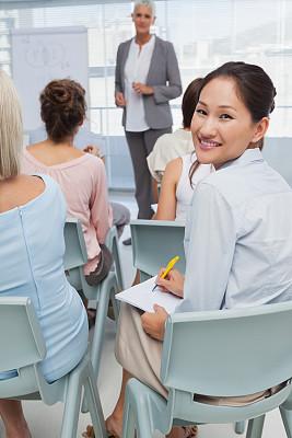 注视镜头,女人,研究会,垂直画幅,办公室,30到39岁,会议,套装,商务会议,白人