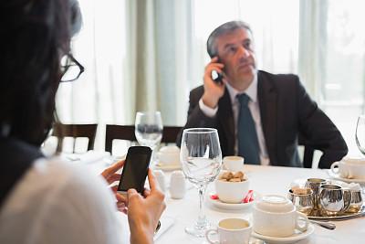 商务人士,认真的,手机,水平画幅,电话机,会议,套装,白人,男商人,经理