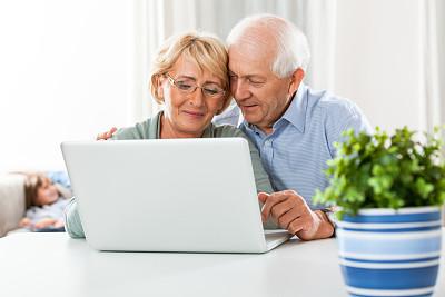 笔记本电脑,老年伴侣,半身像,休闲活动,电子邮件,家庭生活,电子商务,男性,仅成年人,现代