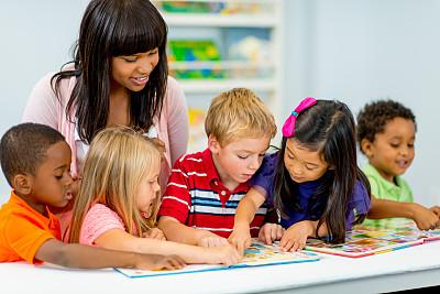 教室,学龄前,幼儿园,教师,图画书,指导教师,水平画幅,人群,白人,非裔美国人