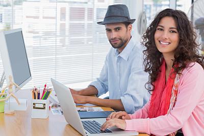 设计师,快乐,并排,编辑,办公室,30到39岁,艺术家,笔记本电脑,水平画幅,注视镜头
