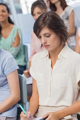 女商人,研究会,垂直画幅,办公室,30到39岁,会议,套装,商务会议,白人,不看镜头