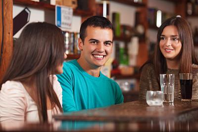 友谊,开胃酒,休闲活动,开胃品,鸡尾酒,含酒精饮料,饮料,仅成年人,青年人