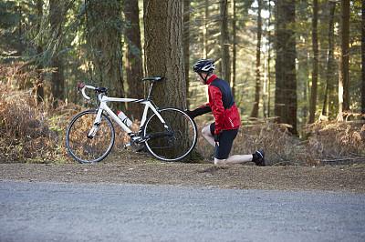 自行车,男人,公路自行车,漏气轮胎,自行车运动,自行车头盔,自然,骑自行车,水平画幅,路