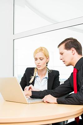 商务会议,垂直画幅,办公室,笔记本电脑,工作场所,会议,人群,商务关系,白人,男商人