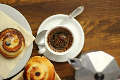 欧式早餐,小圆面包,咖啡杯,葡萄干面包,折角小面包,高压蒸汽咖啡机,丹麦酥皮饼,法式奶油蛋糕,咖啡壶,白软干酪