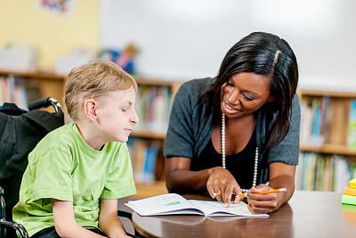 男孩,特殊需要,脑瘫,社区看护,12岁到13岁,水平画幅,指导教师,非裔美国人,男性,知识