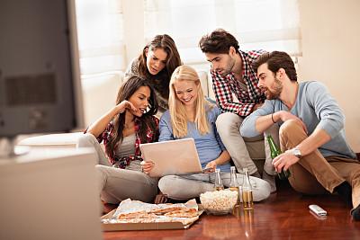 友谊,使用手提电脑,看,五个人,视频会议,留白,女朋友,含酒精饮料,饮料,男性