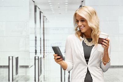办公室,女商人,手机,安全栅栏,十字转门,半身像,阿尔伯塔省,一次性杯子,仅成年人,现代