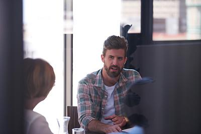 商务会议,平衡折角灯,留白,男商人,新创企业,男性,明亮,想法,青年人,专业人员