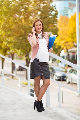 女人,幸福,垂直画幅,腹腔,仅成年人,信心,技术,街道,中年人,商务