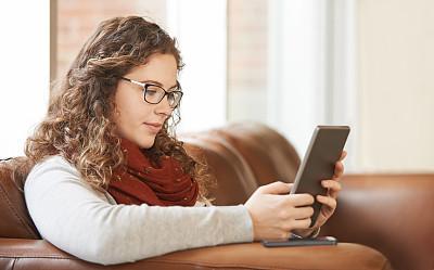 电子邮件,时间,留白,休闲活动,仅成年人,眼镜,网上冲浪,沙发,青年人,技术
